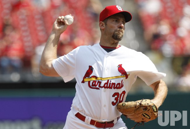 St. Louis Cardinals John Smoltz delivers a pitch to the Milwaukee Brewers