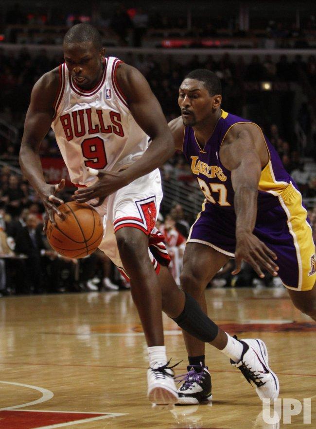 Lakers' Artest knocks ball from Bulls' Deng in Chicago