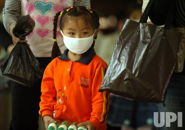 Chinese girl wears face mask in Beijing