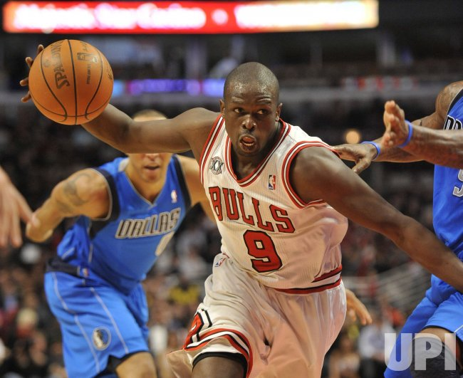 Bulls Deng drives against Mavericks in Chicago
