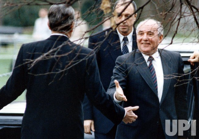 RONALD REAGAN WELCOMES MIKHAIL GORBACHEV TO THE WHITE HOUSE
