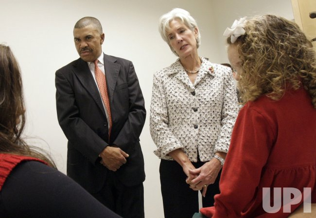 Kathleen Sebelius tours Saint Louis University
