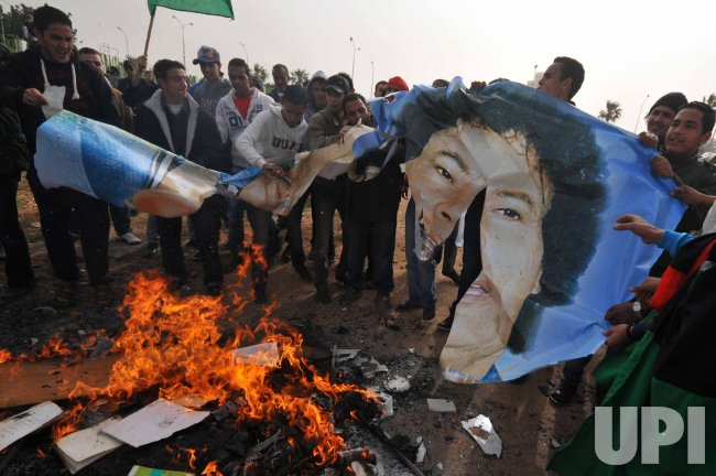 Libyans Burns the Green Book Written by Gadhafi