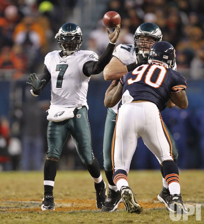 Eagles Vick passes against Bears in Chicago