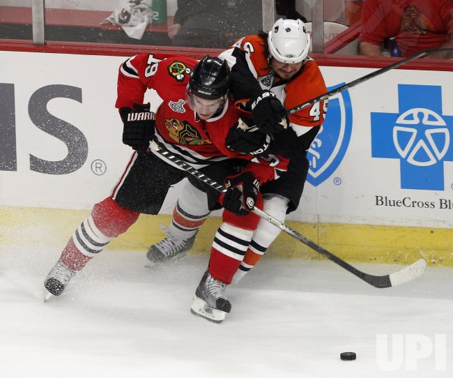 Toews and Asham go for the puck during the 2010 Stanley Cup Final