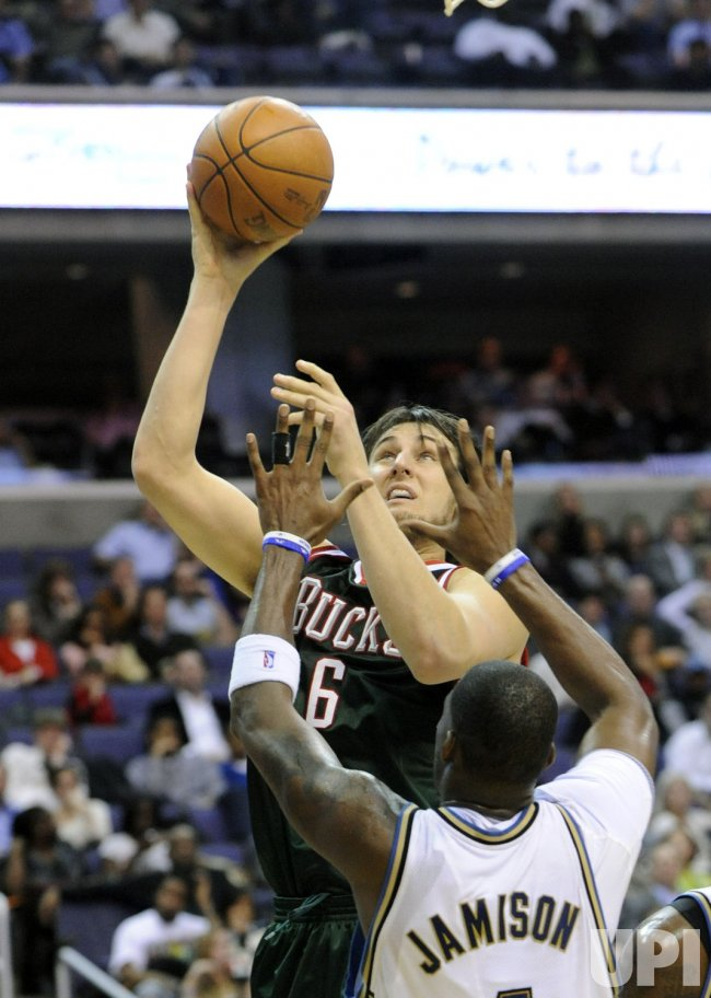 Bucks Bogut blocked by Wizards Jamison in Washington