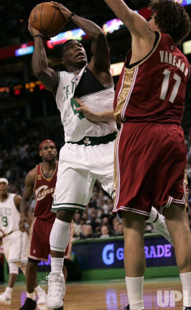 Celtics Robinson shoots against Cavaliers Varejau in Boston, MA.