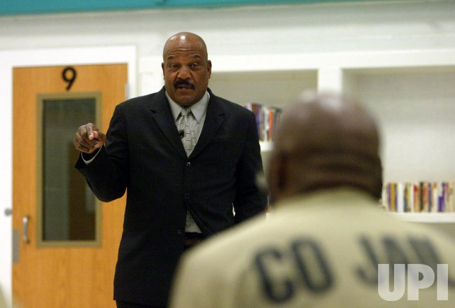 JIM BROWN VISITS ST. LOUIS COUNTY JAIL