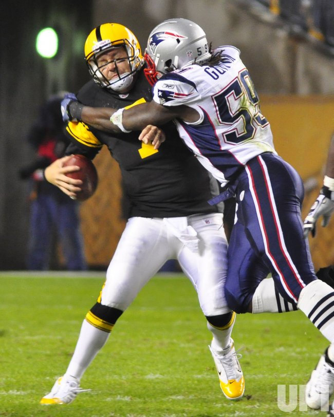Patriots Gary Guyton sacks Pittsburgh Steelers Ben Roethlisberger in Pittsburgh