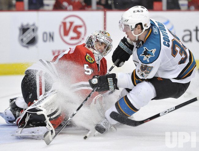 Sharks Couture scores past Blackhawks Crawford in Chicago