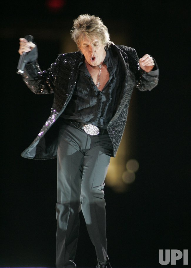 ROD STEWART PERORMS IN CONCERT