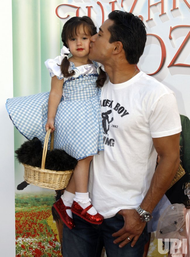 TELEVISION PERSONALITY MARIO LOPEZ, WITH HIS DAUGHTER GIA ATTENDS THE PREMIERE OF THE WIZARD OF OZ 3D AT TCL CHINESE THEATRE IMAX IN LOS ANGELES
