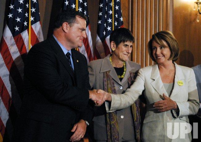 Pelosi, Reid sign legislation to reform Consumer Product Safety Commission in Washington