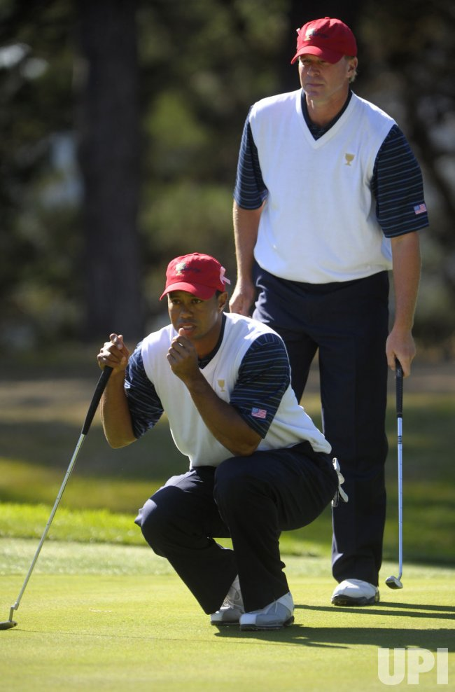Tiger Woods and Steve Stricker line up a putt drive during the second round of the 2009 Presidents Cup in San Francisco