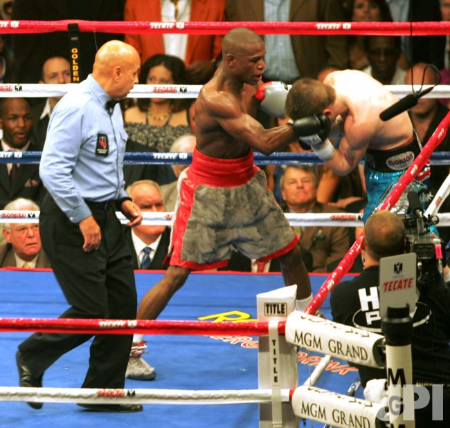Floyd Mayweather Jr. and Ricky Hatton fight in Las Vegas