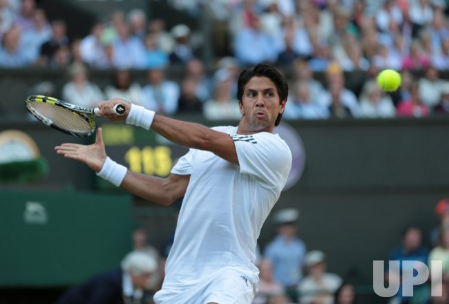 Fernando Verdasco returns in his match against Andy Murray