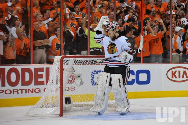 Blackhawks goalie Antti Niemi reacts during the 2010 Stanley Cup Final