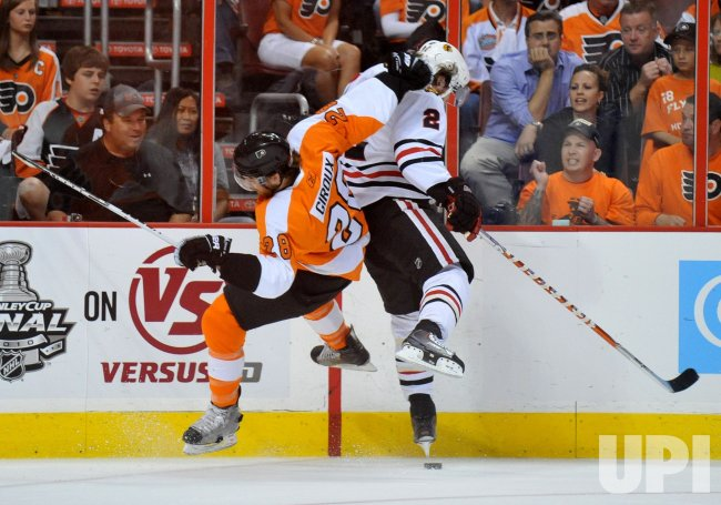 Flyers Claude Giroux collides with Blackhawks Duncan Keith during the 2010 Stanley Cup Final