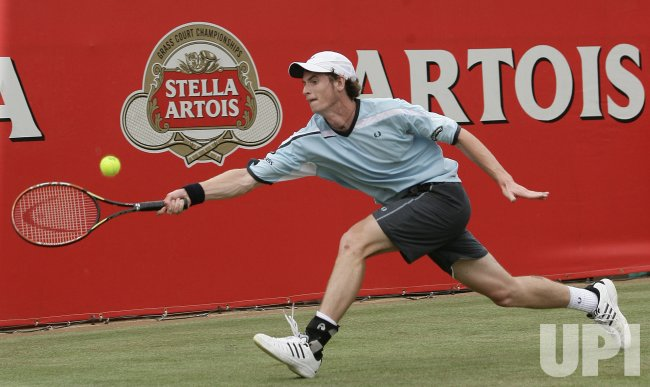 MURRAY PLAYS FOREHAND