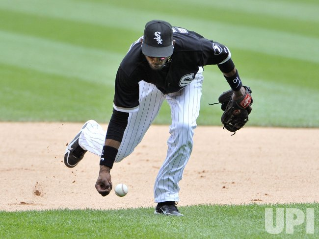 White Sox Ramirez tries for barehand against Dodgers in Chicago