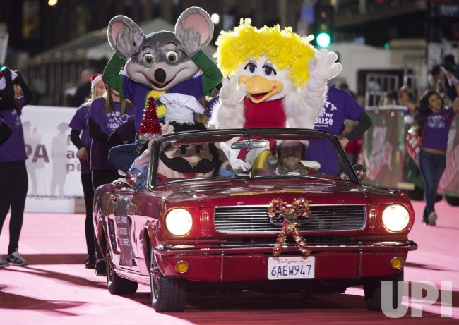 Chuck E Cheese Christmas.Chuck E Cheese Rides In The 84th Annual Hollywood Christmas