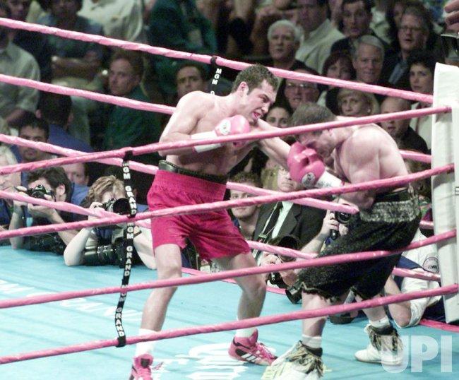 Boxer Oscar De La Hoya wins boxing title