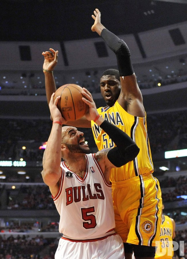 Bulls Boozer goes up for shot as Pacers Hibbert defends in Chicago