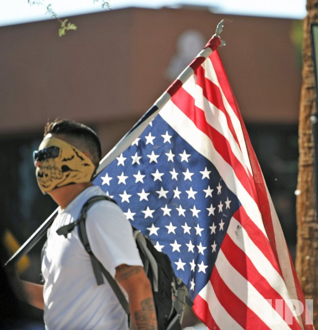 Man carries upside down flag in Arizona
