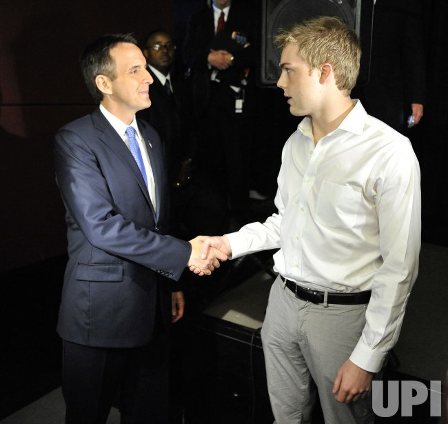 Pawlenty shakes hands with student in Chicago