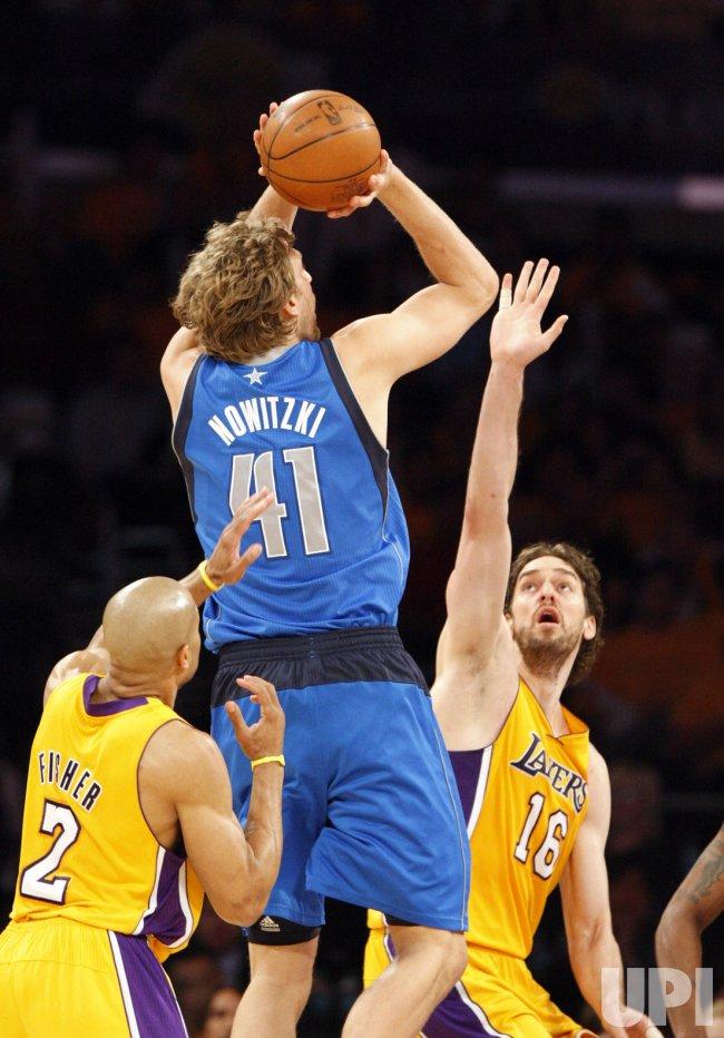 Dallas Mavericks Forward Dirk Nowitzki Shoots Over The Los