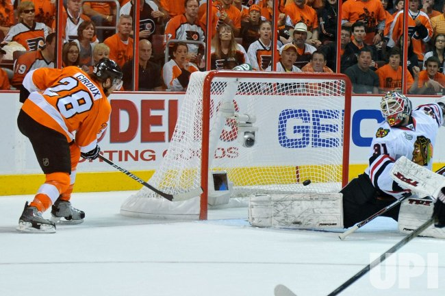 Flyers Claude Giroux scores against the Blackhawks during the 2010 Stanley Cup Final