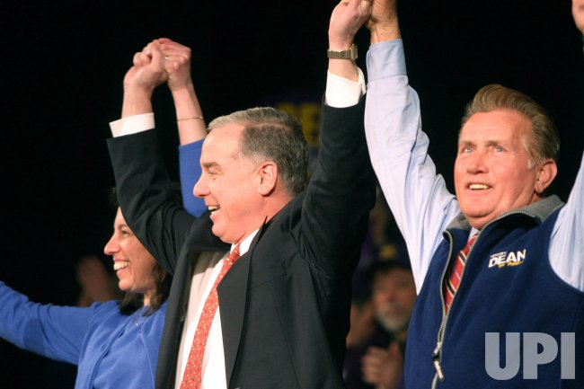 GOV. HOWARD DEAN CAMPAIGNS BEFORE NEW HAMPSHIRE PRIMARIES