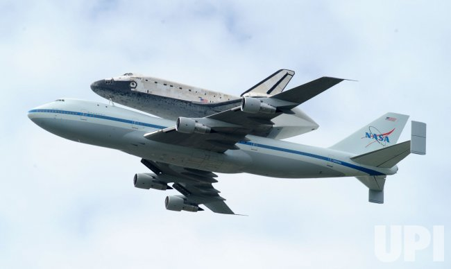 Shuttle Discovery Makes its Last Flight over DC