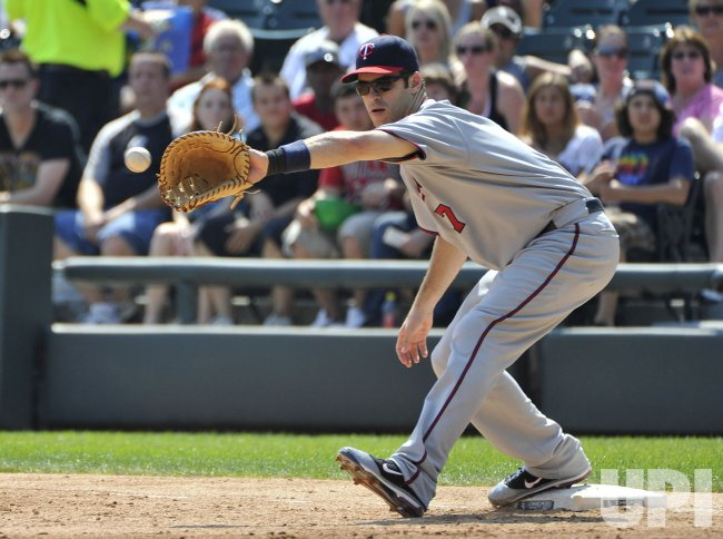 Twins' Mauer catches ball against White Sox in Chicago