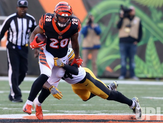 Bengals Joe Mixon fights to break free from Pittsburgh defense