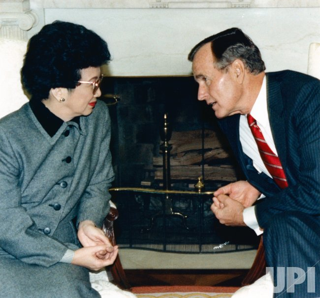 President Bush meets with Philippine President Corazon Aquino