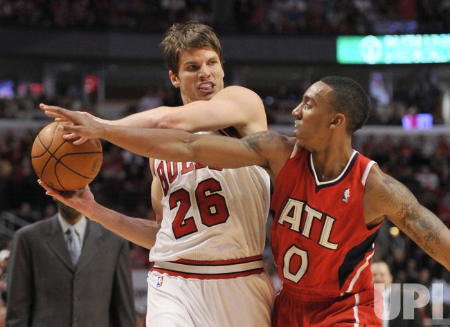 Hawks Teague pressures Bulls Korver in Chicago