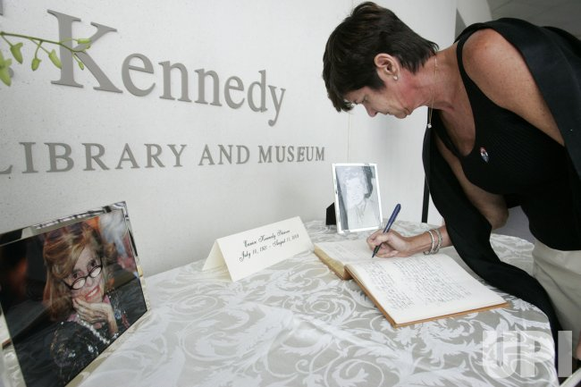People offer condolences to Kennedy family on passing of Eunice Kennedy Shriver in Boston