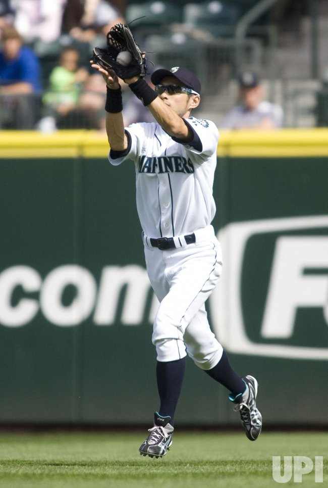 MARINERS SUZUKI CATCHES FLY BALL.