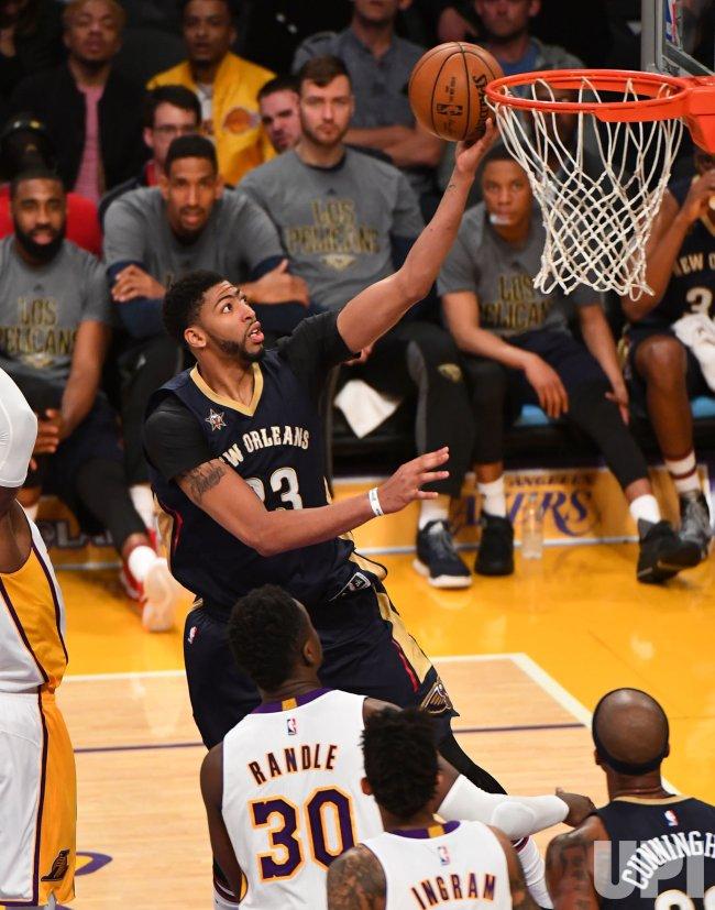 Pelicans forward Anthony Davis scores against Lakers Julius Randle(30)