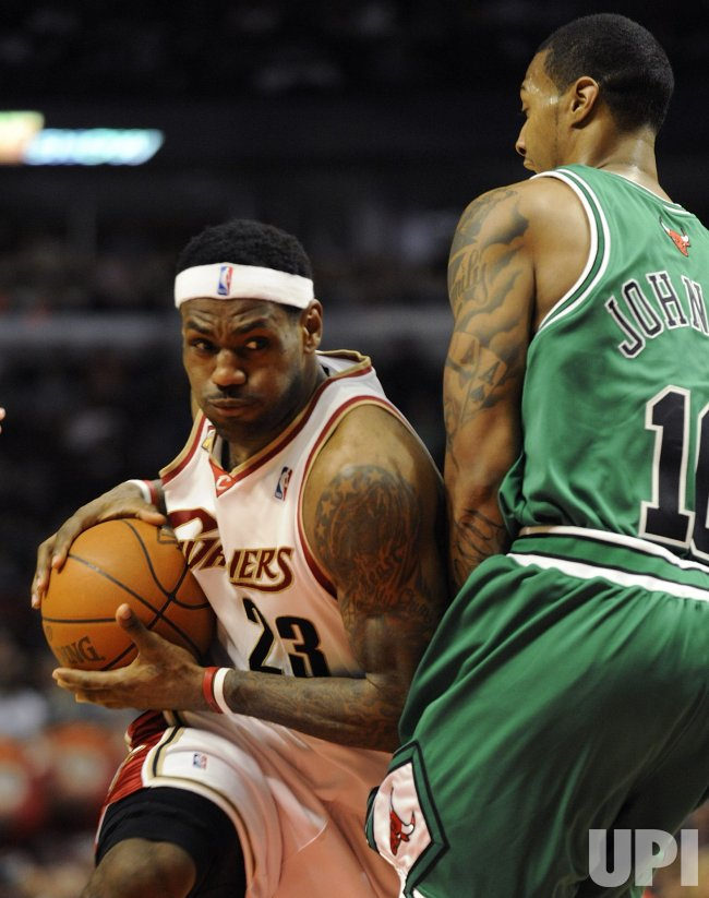 Cavaliers James drives on Bulls Johnson in Chicago