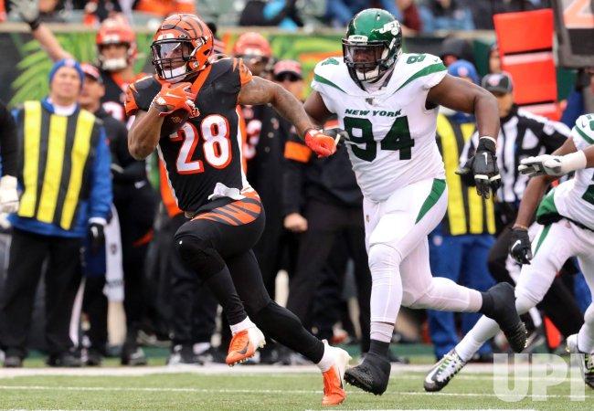 Bengals Joe Mixon fights to break free from Jets Folorunso Fatukasi