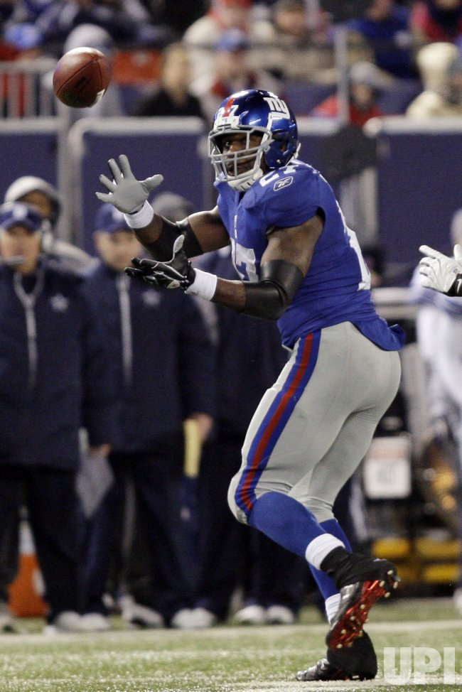 New York Giants Brandon Jacobs catches a 74 yard touchdown pass in the third quarter against the Dallas Cowboys in week 13 of the NFL season at Giants Stadium