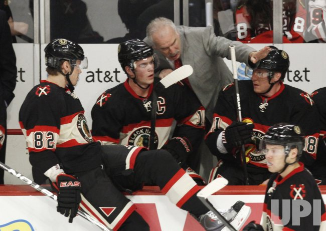 Blackhawks coach Quenneville talks with players against Sharks in Chicago