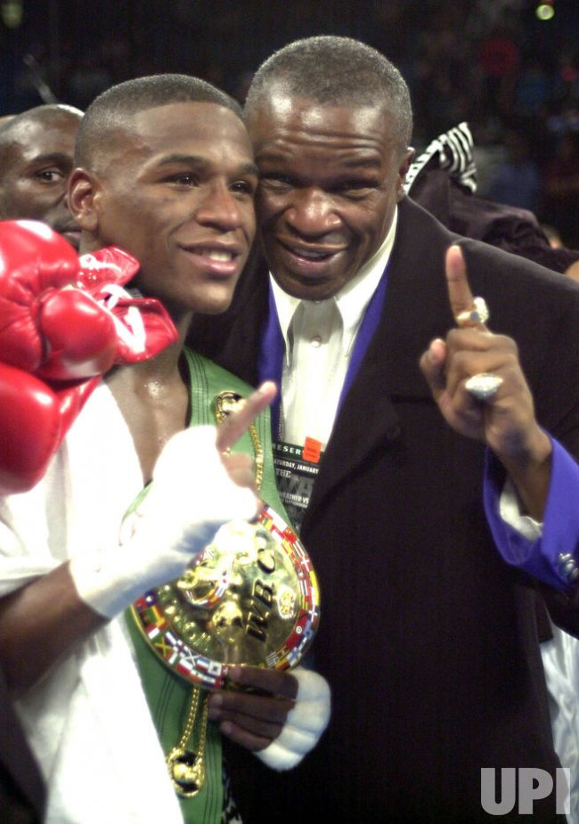 Floyd Mayweather retains title