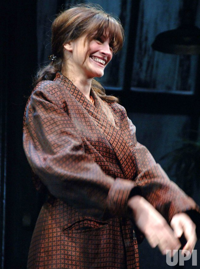 ACTRESS JULIA ROBERTS DEBUTS IN BROADWAY PLAY