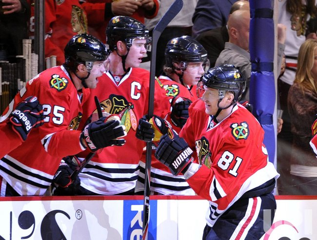 Blackhawks celebrate Hossa's goal against Sharks in Chicago