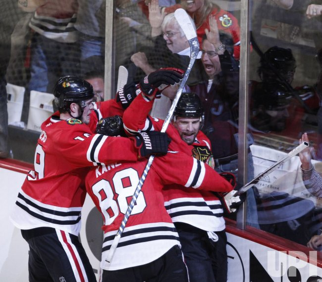 Blackhawks Toews, Kane and Sharp celebrate goal against Sharks in Chicago