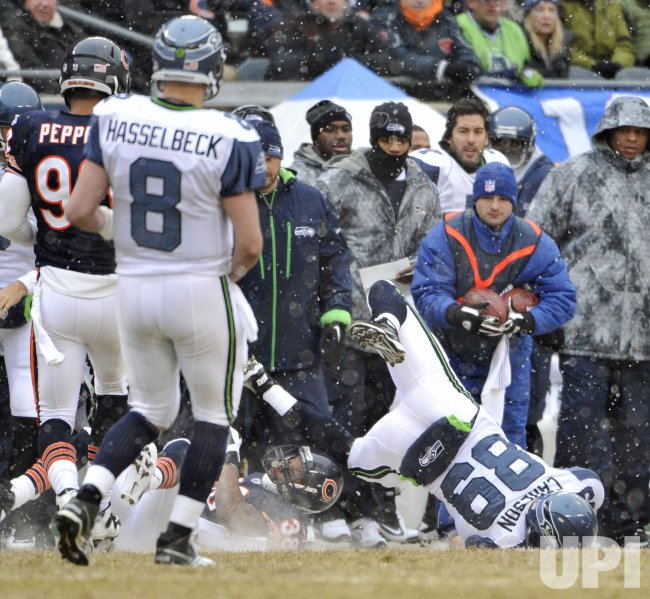Seahawks Carlson lands on head against Bears in Chicago