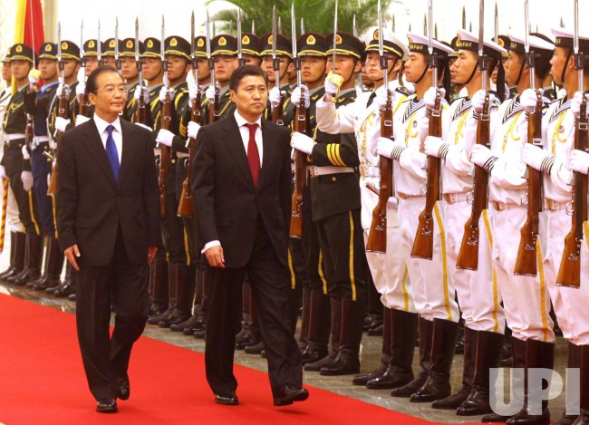 China's Premier Wen Jiabao (R) and Mongolia's Prime Minister Sukhbaatar Batbold attend a welcoming ceremony in Beijing